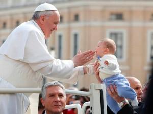 Imágenes del papa Francisco tocando bebé