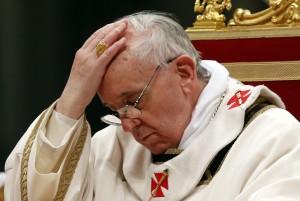 Imágenes del papa Francisco resando