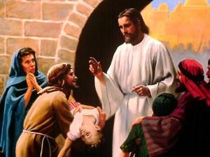 Jesús Sana a un niño en medio de la multitud