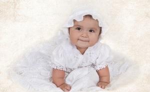 Imágenes de niña preparada para su bautizo