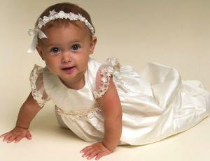 Imágenes de una hermosa bebé con vestido