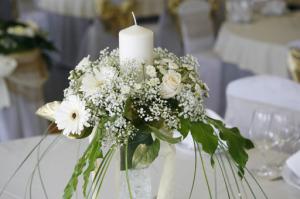 imágenes de arreglos florales con vela de bodas